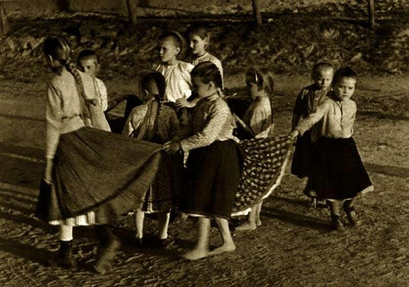 Játszó gyerekek, 20. század eleje Bihari Anna-Pócs Éva: Képes magyar néprajz. Corvina, Budapest, 1985, 28. old